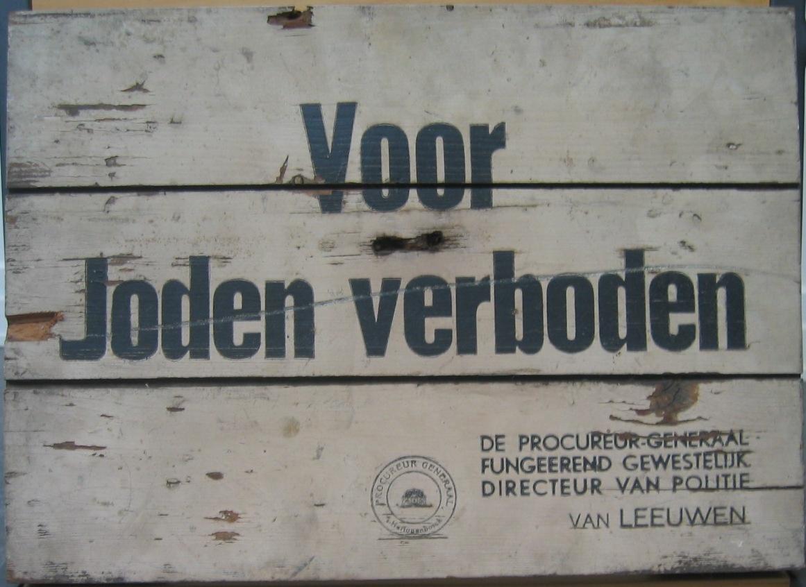 Houten bord met opschrift 'Voor Joden verboden'